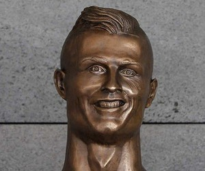 The Internet makes fun of the statue of Cristiano
