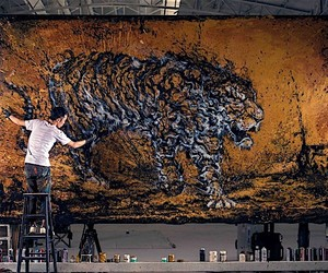 Hua Tunan splashing paint on a canvas