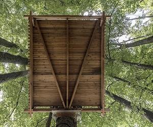 Artistic team Vienas prie Vieno build a tree house